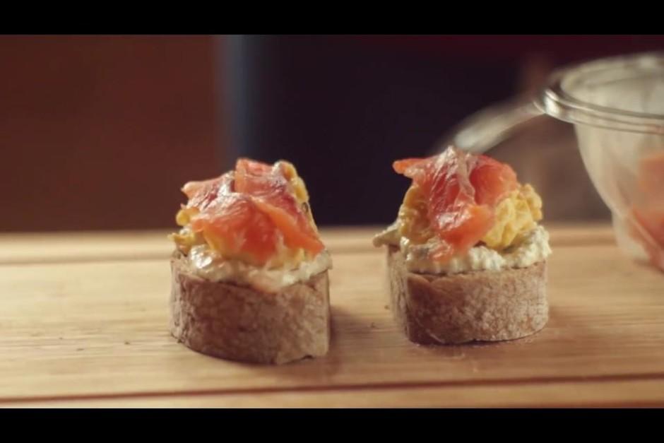Biezpiena masai virsū kārto omleti un nobeigumā uzklāj 2 - 3...