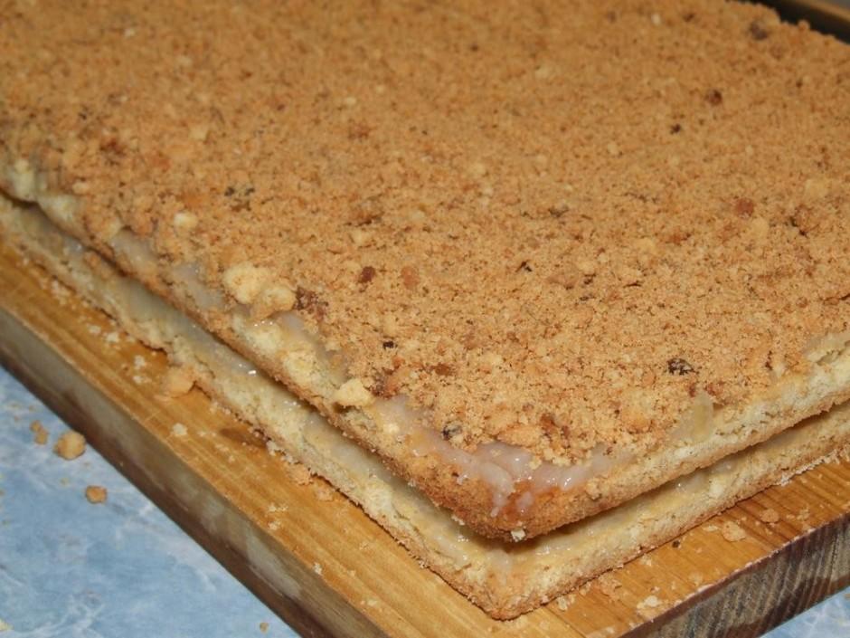 Mīklas maliņas, ko apgrieza, sablenderē un  uzber uz kūkas.