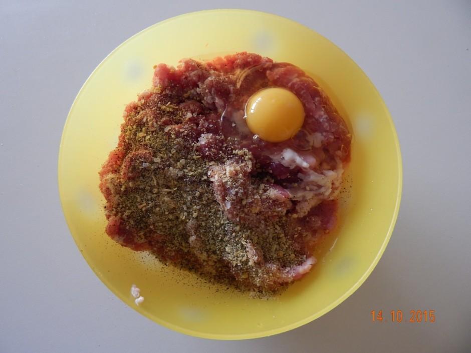 Malto gaļu, olas, sāli, piparus sajauc kopā, pievieno garšvi...