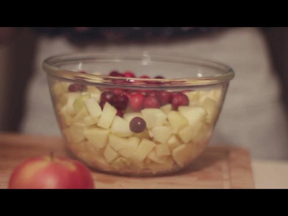 Nomizo 5 - 6 ābolus, sagriež mazos kubiņos, ber traukā un pi...