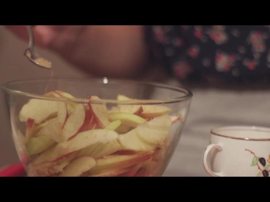 Atlikušos 5 - 6 ābolus, nemizotus, sagriež pēc iespējas plān...