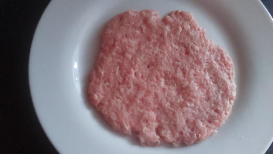 Ņem nelielu piciņu gaļas un saplacina aptuveni 0,5 cm biezum...