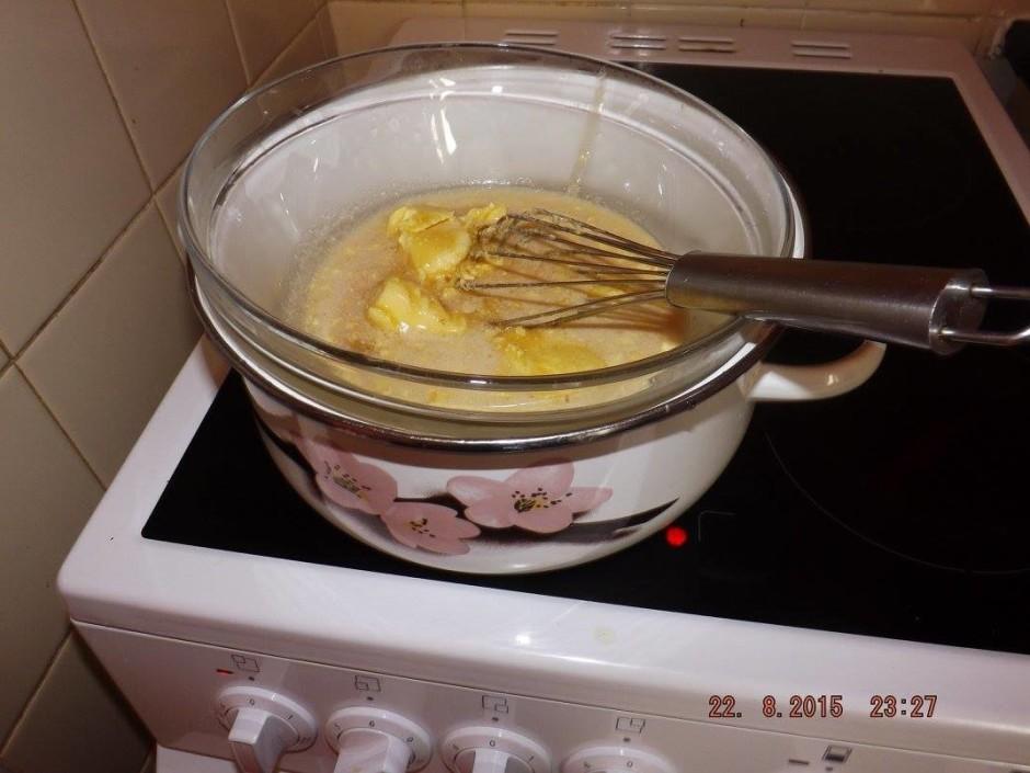 Olas sajauc ar cukuru, viegli uzkuļot. Pievieno sviestu, med...
