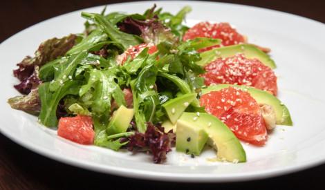 Greipfrūtu un avokado salāti