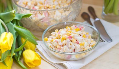 Salāti ar kukurūzu un krabju nūjiņām