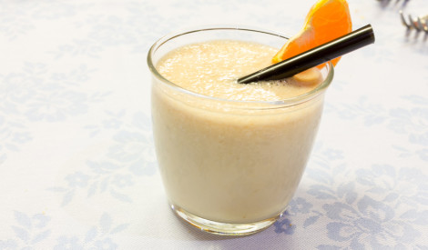 Banānu - piena kokteilis ar apelsīnu sulu