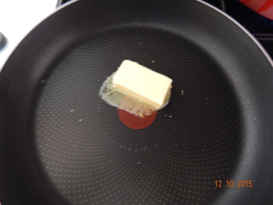 Izkausē sviestu.