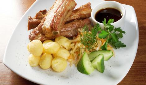 Ceptas cūku ribiņas ar kartupeļiem
