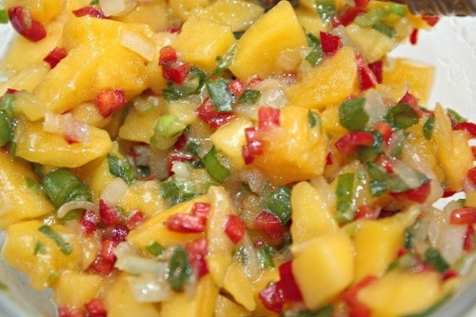 Piedeva gaļai - mango salsa. Aptuveni 1/3 daļu mango sagriež...
