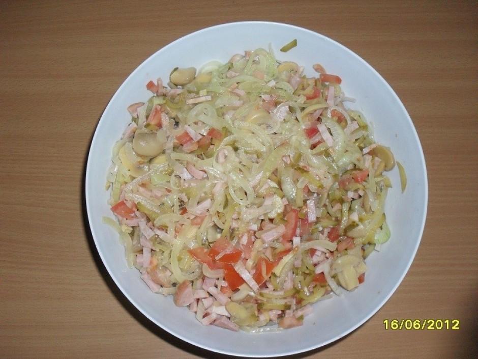 Gatavojot salātus, katru sastāvdaļu liek atsevišķā traukā. Ņ...