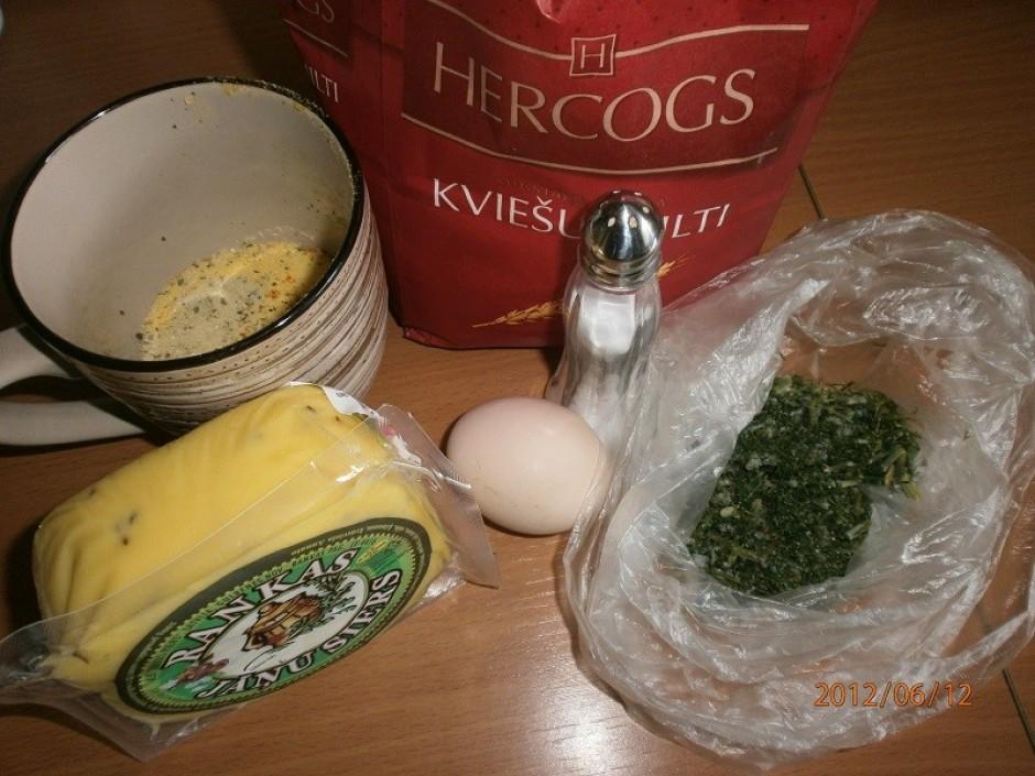 Ķimeņu sieru sagriež biezās šķēlēs.