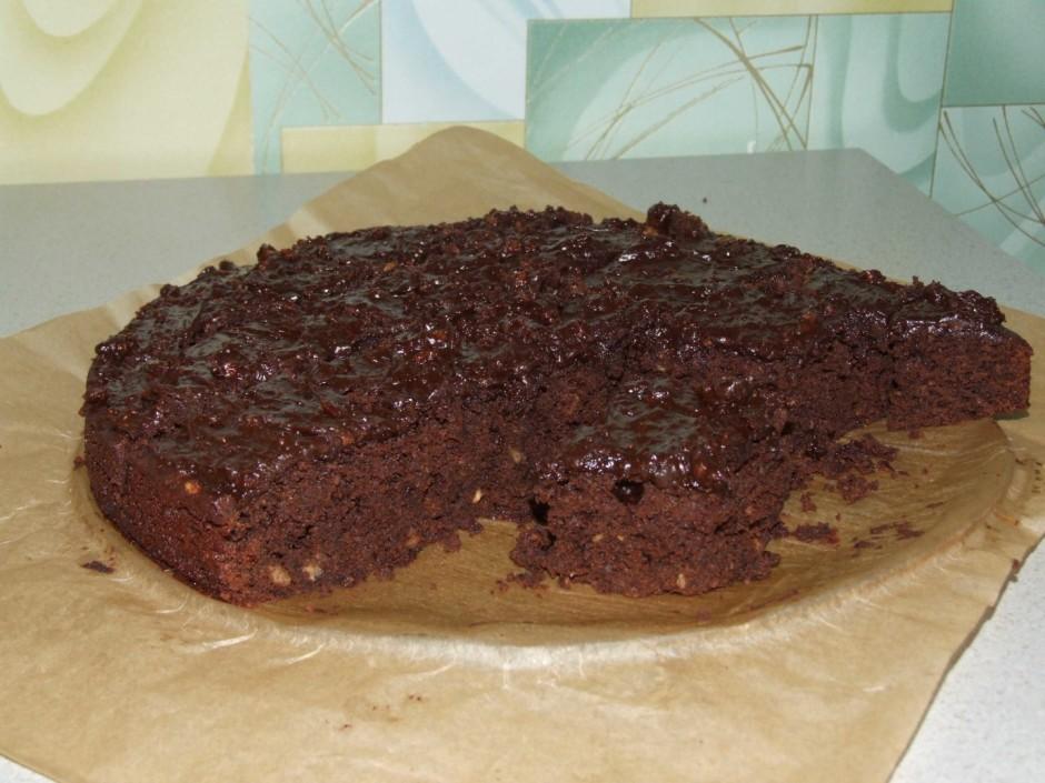 Izkausējam šokolādi iemaisam riekstus.Uzsmērējam uz karstās...