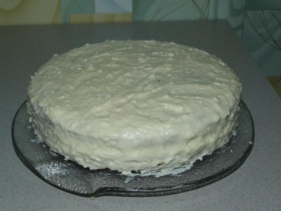Ar atlikušo krēmu apsmērē visu kūku.