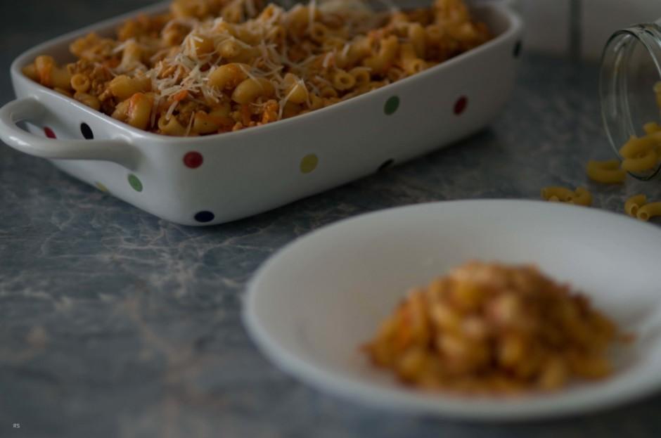 Gaļai pievieno tomātu mērci, sinepju gurķu salātus un uz sma...