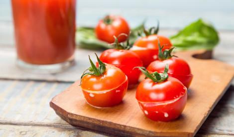 Dārzeņu uzkoda - pildīti cherry tomāti ar siera salātiem