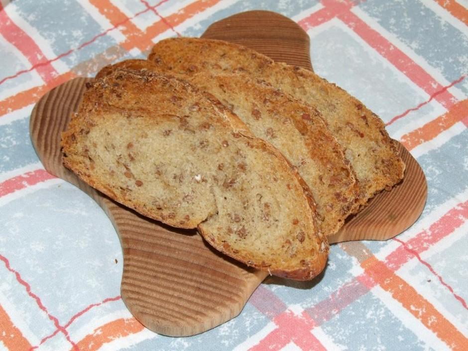 Tālāk sagriezu maizi planās šķēlēs un apgrauzdēju cepeškrāsn...
