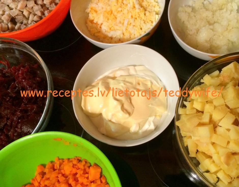 Sagriež kartupeļus, burkānus, siļķi, sīpolus, olas, bietes s...