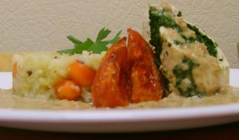 Vārīta vistas gaļas rulete ar saldā krējuma mērci, rīsiem un dārzeņiem