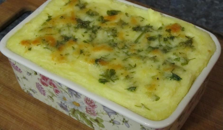 Gaisīgs kartupeļu biezeņa, gaļas sacepums