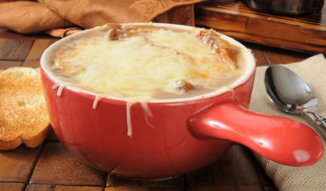 Sīpolu zupa ar siera vāciņu