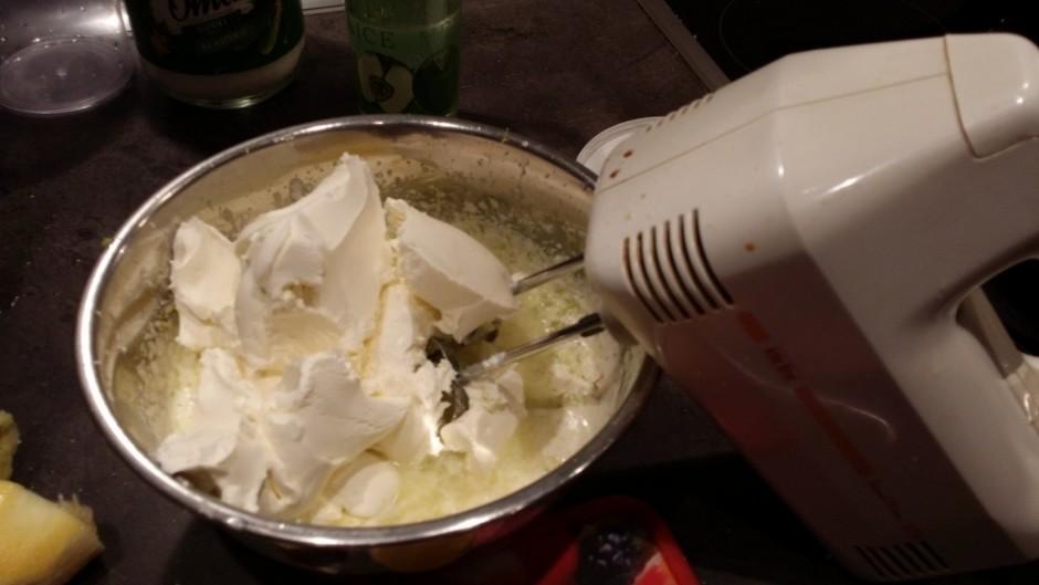 Pievieno maskarpone sieru un visu samiksē.