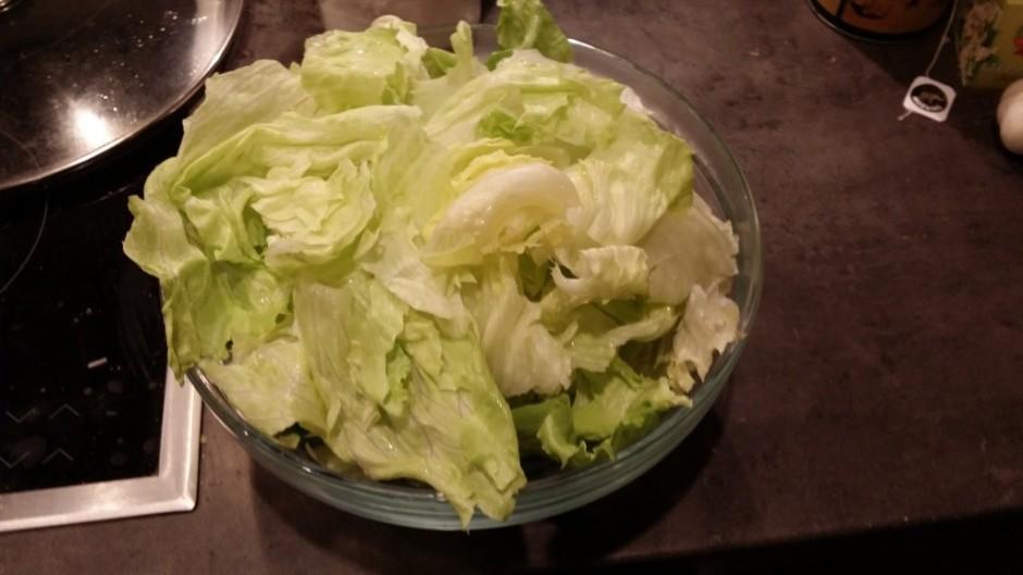 Tikmēr rupji saplucinam salātu lapas.