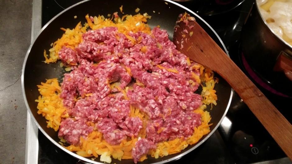 Pievieno malto gaļu un gaļas garšvielu.