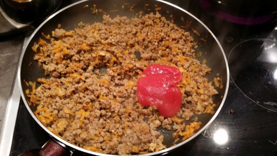 Pievieno dažas karotes tomātu mērci gaļas masai.