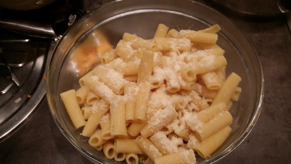 Makaroniem pievieno parmezāna sieru.