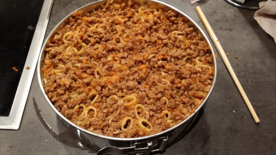 Ar irbulīti sastampājam malto gaļu makaronos.