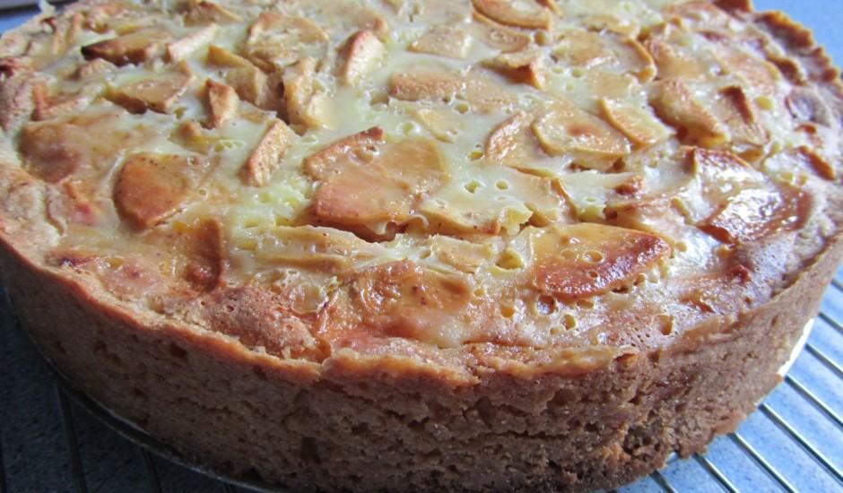 Bumbieru vai ābolu kūka ar krējuma pārlējumu