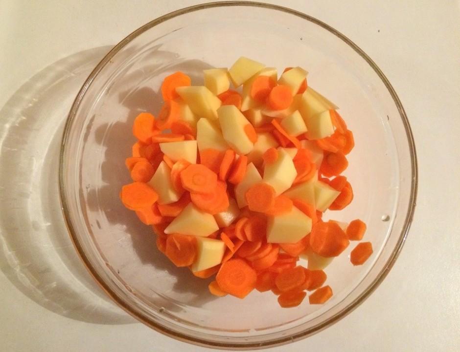 Nomizo burkānus, kartupeļus. Sagriež ripiņās, nelielos gabal...