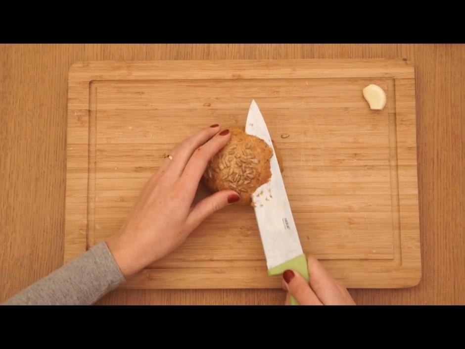 Nogriež maizītei virspusīti (cepurīti).