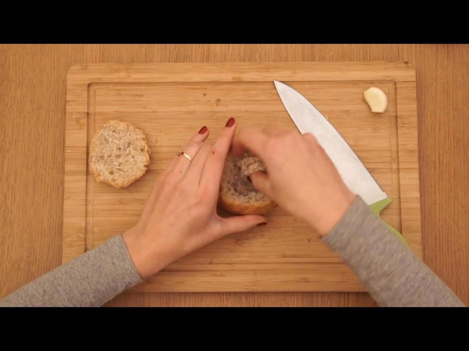 Izņem nedaudz mīkstumu no maizītes iekšpuses.