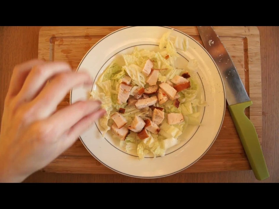 Samaisa vienā traukā un pēc vajadzības pievieno majonēzi.