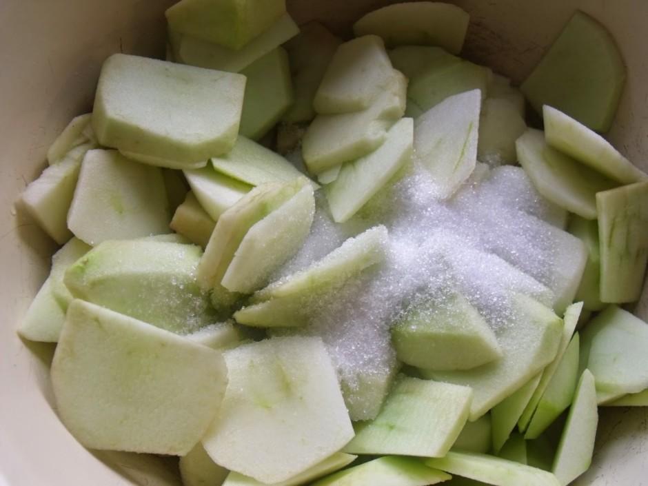 Kamēr dzesējas kūkas pamatne, sagriež ābolus. Ja āboli ļoti...
