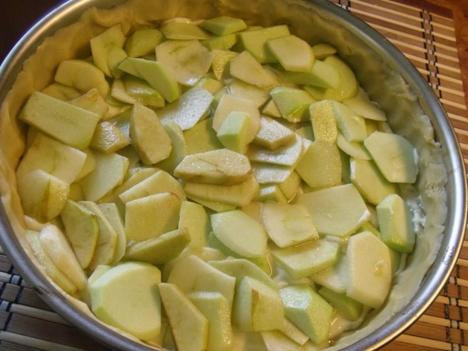 Pa virsu siera masai kārto ābolus.