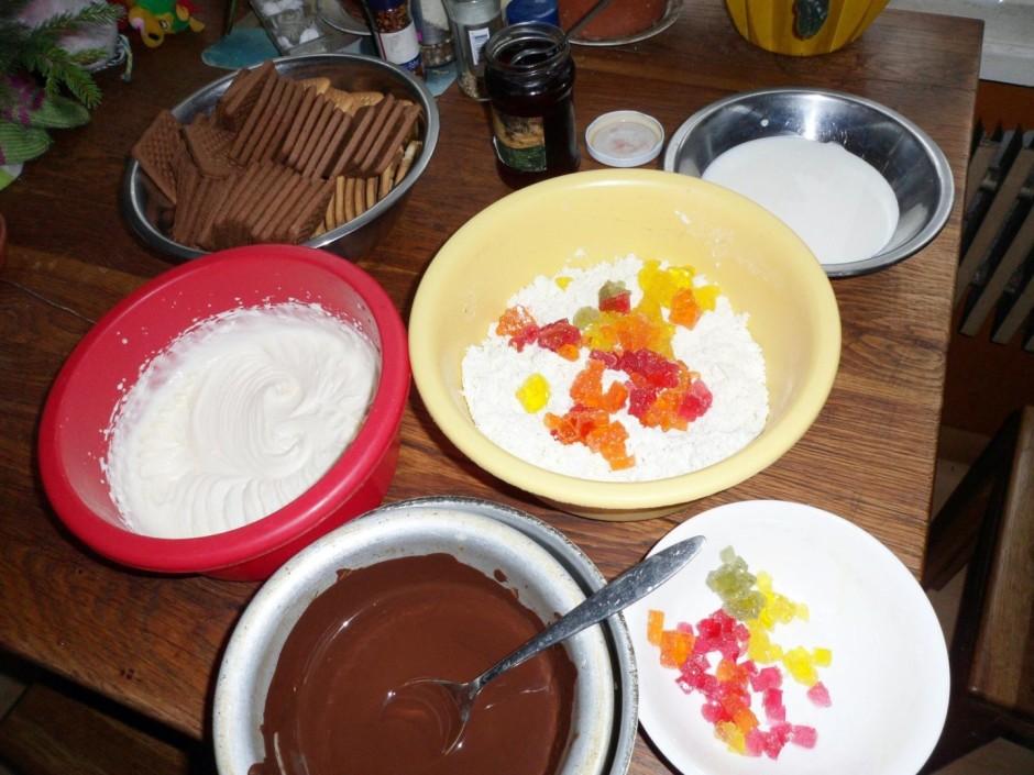 Sagriež marmelādes konfektes gabaliņos un piejauc masai.