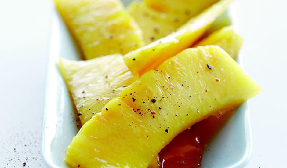 Karamelizēts ananass ar laimu un sīrupu