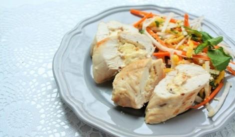 Ar castello sieru pildīta tītara fileja ar svaigiem salātiem