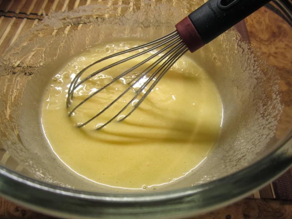 Viss ļoti vienkārši - sakuļ olas ar cukuru un pievieno krēju...