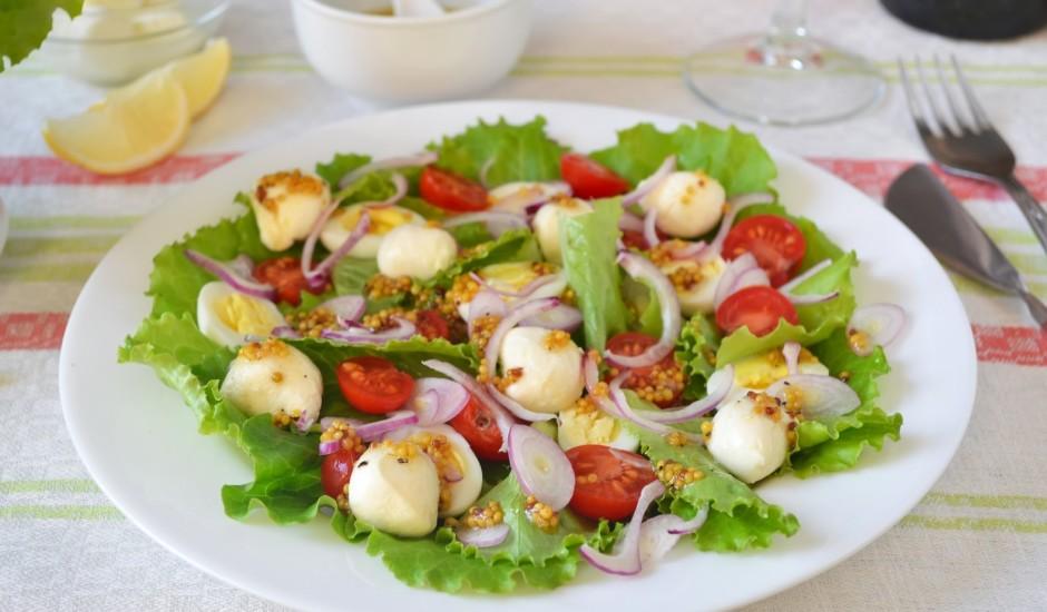 Lapu salāti ar paipalu olām un mocarellu