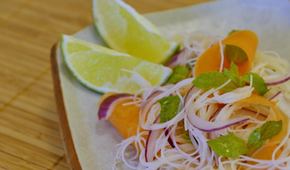 Nūdeļu salāti taizemiešu gaumē