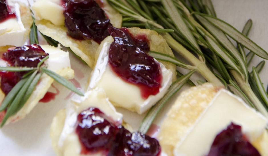 Brī siera un ķiršu kanapē ar sidra etiķa un jūrassāls katliņčipsiem