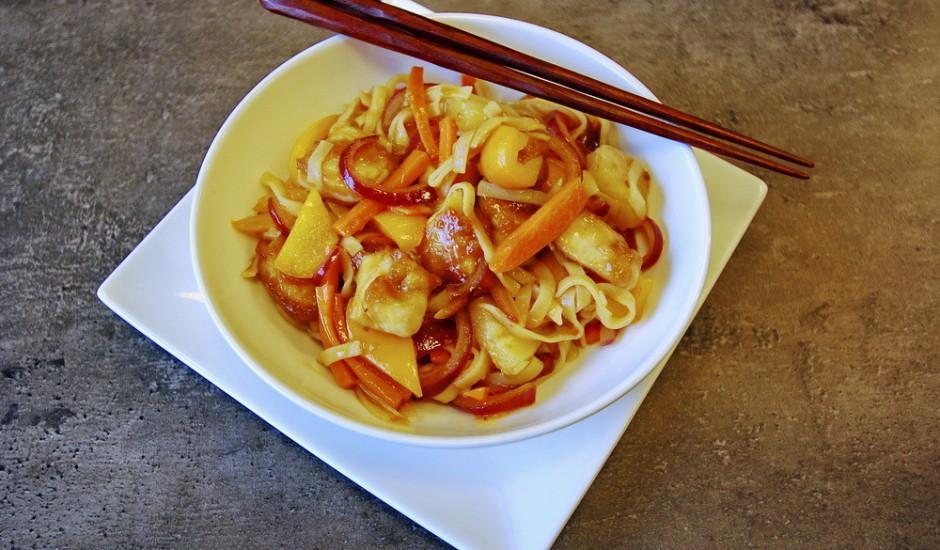 Klasiskais ķīnas saldskābais cālis ar nūdelēm