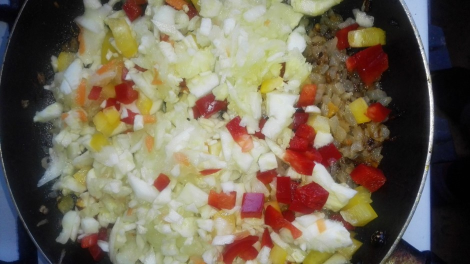 Dārzeņus (papriku, burkānu, sīpolu, tomātus) sagriež kubiņos...