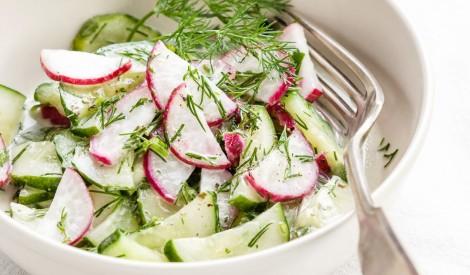 Redīsu un svaigu gurķu salāti
