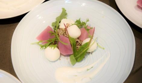 Biešu salāti ar vājpiena biezpiena bumbām, kvinoju un jogurta mērci