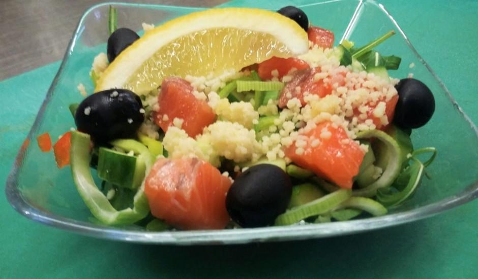 Vieglie laša salāti ar kuskusu un rukolu
