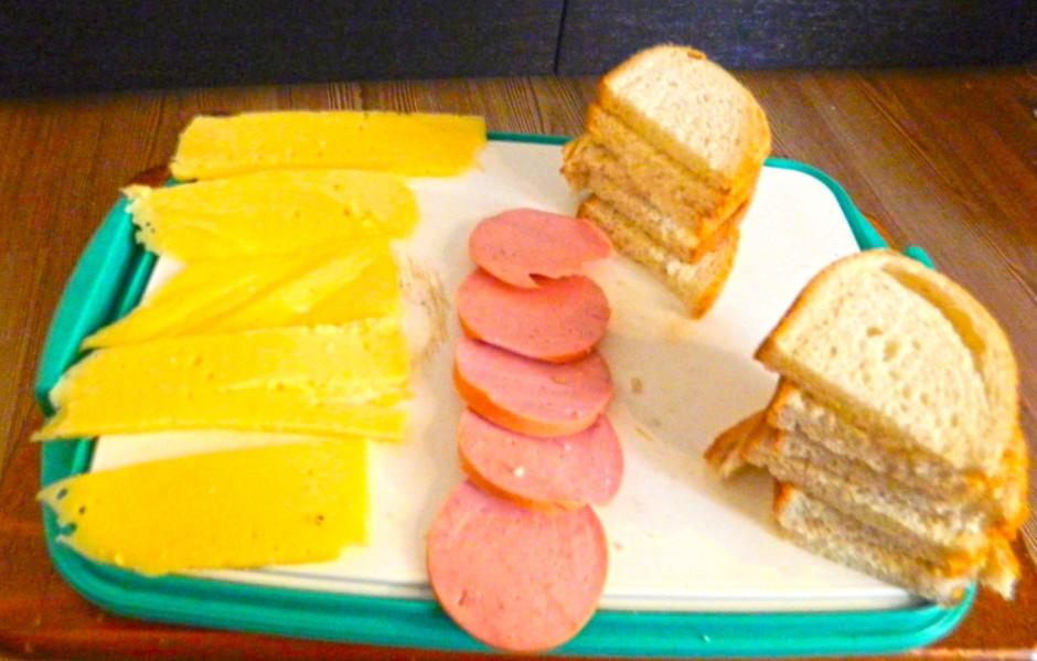 Sagriež sieru un desu šķēlītēs.